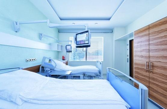 Trotz steigendem Kostendruck und geringer Personaldecke erhalten Patienten heutzutage im Krankenhaus immer komplexere und anspruchsvollere Behandlungen. Das erfordert nicht nur ausgefeilte medizinische Technologie, sondern auch flexible Versorgungswege und optimal abgestimmte Arbeitsabläufe. Mit dem »Hospital Engineering Labor« im Fraunhofer-inHaus-Zentrum in Duisburg gibt es jetzt eine Forschungs- und Kooperationsplattform, in der erprobt wird, wie sich Kliniken aufstellen und organisieren müssen – für eine effiziente und wettbewerbsfähige Zukunft. Bild: Patientenzimmer: Sensoren und spezielle Patiententerminals sowie moderne Rufanlagen unterstützen die Patienten in ihren Zimmern: Die Badelemente sind automatisch höhenverstellbar, die Dusche erkennt Stürze. Die Terminals bieten individuelle Informationen beispielsweise zu Speisen und Erkrankungen. Hier können Texte für Menschen mit Seheinschränkungen auch vorgelesen werden.